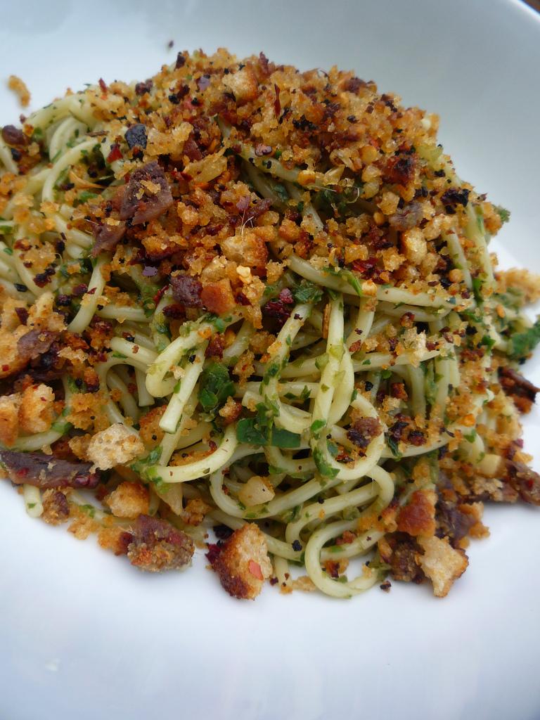 Spaghetti con acciughe e mollica abbrustolita